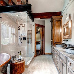 Modelo de cuarto de baño rústico con lavabo tipo consola y bañera exenta