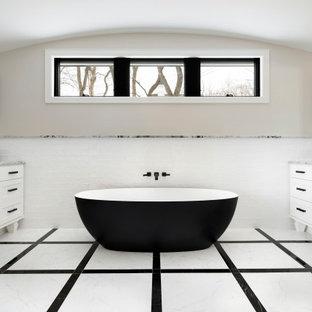 Пример оригинального дизайна: большая главная ванная комната в стиле современная классика с белыми фасадами, отдельно стоящей ванной, полом из керамической плитки, врезной раковиной, разноцветным полом, тумбой под две раковины, встроенной тумбой, сводчатым потолком, фасадами в стиле шейкер, белой плиткой, бежевыми стенами и серой столешницей