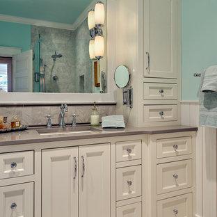 Esempio di una piccola stanza da bagno padronale stile americano con ante in stile shaker, ante bianche, vasca freestanding, doccia aperta, WC a due pezzi, piastrelle bianche, piastrelle in gres porcellanato, pareti blu, pavimento in gres porcellanato, lavabo sottopiano e top in quarzo composito