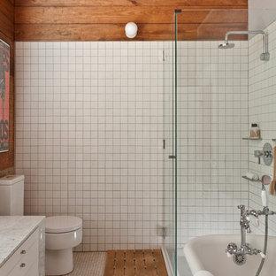 オースティンの小さいコンテンポラリースタイルのおしゃれなマスターバスルーム (フラットパネル扉のキャビネット、白いキャビネット、大理石の洗面台、猫足浴槽、コーナー設置型シャワー、一体型トイレ、白いタイル、セラミックタイル、モザイクタイル) の写真