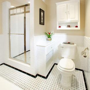 Idées déco pour une petit douche en alcôve principale craftsman avec un placard avec porte à panneau surélevé, des portes de placard blanches, un WC à poser, un carrelage blanc, un carrelage métro, un mur beige, un lavabo de ferme et une cabine de douche à porte battante.