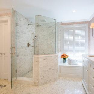 フィラデルフィアの大きいトラディショナルスタイルのおしゃれなマスターバスルーム (インセット扉のキャビネット、白いキャビネット、置き型浴槽、オープン型シャワー、分離型トイレ、白いタイル、大理石タイル、ピンクの壁、大理石の床、アンダーカウンター洗面器、珪岩の洗面台、グレーの床、開き戸のシャワー、白い洗面カウンター) の写真