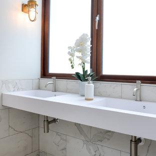 Ispirazione per una stanza da bagno per bambini minimal di medie dimensioni con vasca da incasso, doccia aperta, WC monopezzo, piastrelle bianche, piastrelle di cemento, pareti bianche, pavimento in gres porcellanato e lavabo da incasso