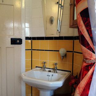 Diseño de cuarto de baño infantil, retro, pequeño, con bañera encastrada, combinación de ducha y bañera, sanitario de una pieza, baldosas y/o azulejos amarillos, baldosas y/o azulejos de cerámica, suelo vinílico y lavabo con pedestal