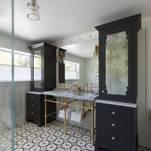 Diseño de cuarto de baño principal, tradicional renovado, con armarios con paneles empotrados, puertas de armario blancas, encimera de mármol, bañera exenta, ducha esquinera, baldosas y/o azulejos grises, baldosas y/o azulejos de cemento, paredes blancas y lavabo tipo consola