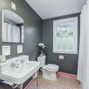 Modelo de cuarto de baño principal, vintage, de tamaño medio, con combinación de ducha y bañera, baldosas y/o azulejos rosa, baldosas y/o azulejos de cerámica, paredes marrones, suelo con mosaicos de baldosas, lavabo con pedestal, suelo rosa y ducha con cortina