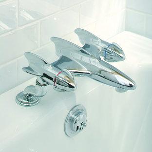 Imagen de cuarto de baño de estilo americano con sanitario de pared, baldosas y/o azulejos de porcelana, paredes blancas y suelo de baldosas de porcelana