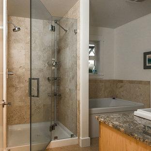 Modelo de cuarto de baño principal, contemporáneo, de tamaño medio, con armarios estilo shaker, puertas de armario de madera clara, encimera de granito, baldosas y/o azulejos beige, baldosas y/o azulejos de piedra, bañera encastrada, paredes beige y suelo de corcho