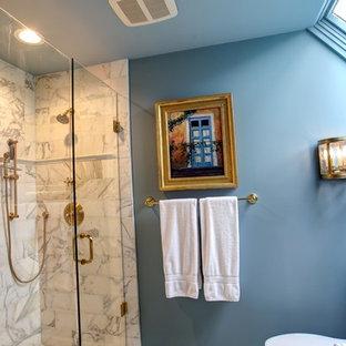 Ejemplo de cuarto de baño principal, bohemio, grande, con armarios con paneles con relieve, sanitario de una pieza, baldosas y/o azulejos blancos, baldosas y/o azulejos de mármol, paredes azules, suelo de mármol, lavabo bajoencimera, encimera de mármol, suelo blanco, encimeras blancas y ducha con puerta con bisagras