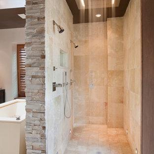 ワシントンD.C.のコンテンポラリースタイルの浴室・バスルームの画像 (ダブルシャワー、トラバーチンタイル)