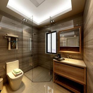 Ispirazione per una piccola stanza da bagno per bambini minimalista con ante a filo, ante gialle, WC monopezzo, piastrelle gialle, pareti gialle, pavimento con piastrelle in ceramica, lavabo sottopiano, top in legno, pavimento giallo, porta doccia a battente e top bianco