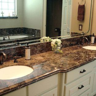 Badezimmer En Suite mit Whirlpool, Duschnische, Keramikboden, Unterbauwaschbecken und Marmor-Waschbecken/Waschtisch in Austin