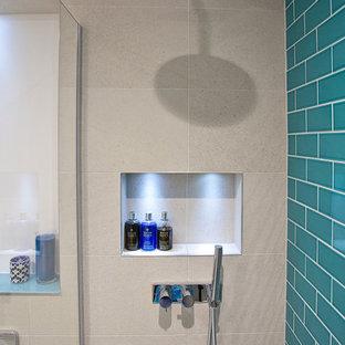 Mittelgroßes Modernes Kinderbad mit Schrankfronten im Shaker-Stil, weißen Schränken, freistehender Badewanne, Eckdusche, Toilette mit Aufsatzspülkasten, grauen Fliesen, Keramikfliesen, lila Wandfarbe, Porzellan-Bodenfliesen, Trogwaschbecken, Marmor-Waschbecken/Waschtisch, grauem Boden und Falttür-Duschabtrennung in Sussex