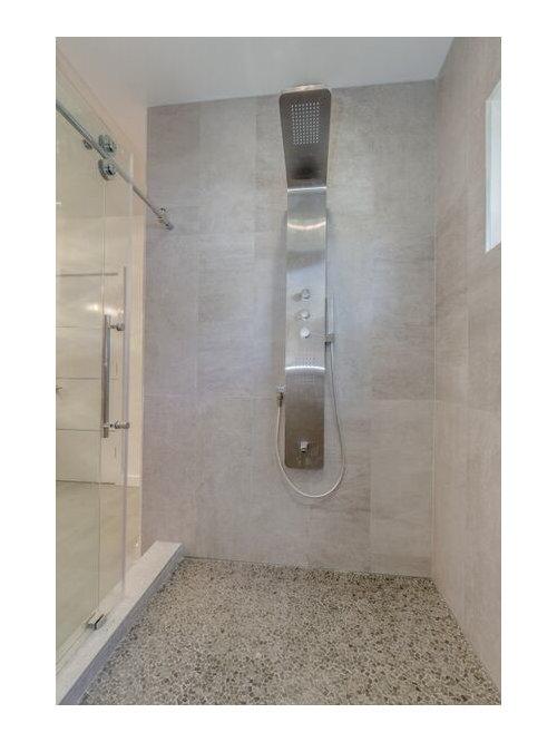 Salle de bain avec un sol en carreaux de ciment et un for Porte brown llc