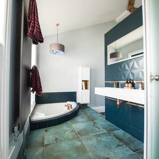 Ejemplo de cuarto de baño moderno, de tamaño medio, con bañera japonesa, paredes grises, lavabo suspendido y suelo verde