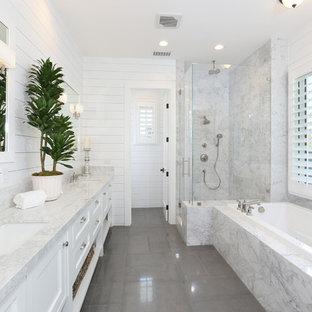 Idéer för stora vintage en-suite badrum, med ett undermonterad handfat, luckor med infälld panel, vita skåp, marmorbänkskiva, ett platsbyggt badkar, en hörndusch, vit kakel, vita väggar, klinkergolv i keramik och grått golv