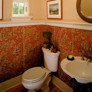 Idee per una stanza da bagno tradizionale con lavabo sospeso e pareti multicolore