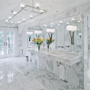 Идея дизайна: ванная комната с японской ванной, угловым душем, мраморной плиткой, мраморным полом, мраморной столешницей и душем с распашными дверями