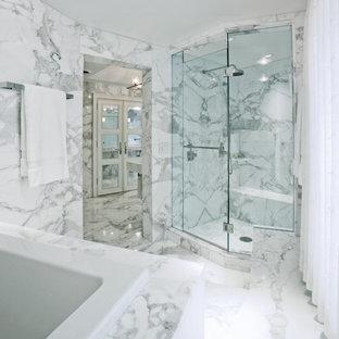 Стильный дизайн: ванная комната с японской ванной, угловым душем, мраморной плиткой, мраморным полом, мраморной столешницей и душем с распашными дверями - последний тренд
