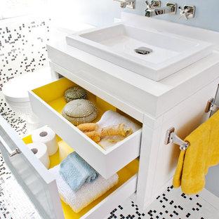 На фото: ванная комната среднего размера в современном стиле с настольной раковиной, полом из мозаичной плитки, плоскими фасадами, белыми фасадами, черно-белой плиткой, плиткой мозаикой, душевой кабиной, разноцветным полом и белой столешницей с