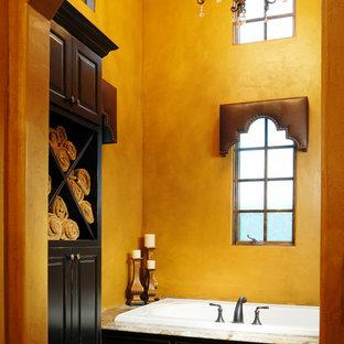 Immagine di una stanza da bagno classica