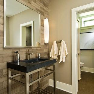 Стильный дизайн: ванная комната в стиле рустика с консольной раковиной и каменной плиткой - последний тренд