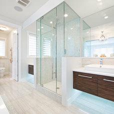 Modern Bathroom by Homes by Avi