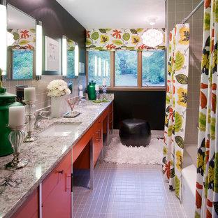 Immagine di una stanza da bagno per bambini minimalista di medie dimensioni con lavabo sottopiano, ante lisce, ante rosse, top in quarzo composito, vasca da incasso, vasca/doccia, WC a due pezzi, piastrelle grigie, piastrelle in gres porcellanato, pareti nere e pavimento in gres porcellanato