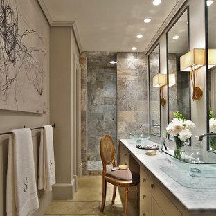 Esempio di una piccola stanza da bagno padronale minimal con top in onice, lavabo a bacinella, ante lisce, ante bianche, doccia alcova, WC a due pezzi, piastrelle marroni, piastrelle in pietra, pareti grigie e pavimento in cemento