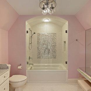 Klassisk inredning av ett badrum, med flerfärgad kakel, mosaik och rosa väggar
