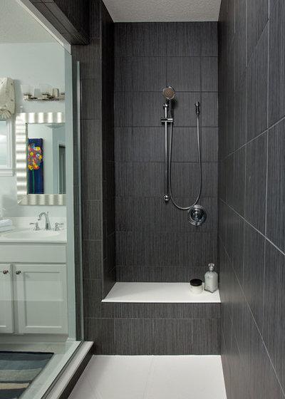 Por qué y cómo usar azulejo oscuro en la ducha de un baño pequeño
