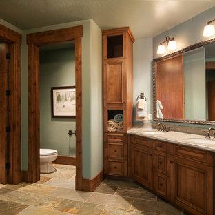 Inspiration för ett rustikt badrum, med ett undermonterad handfat, luckor med infälld panel och skåp i mellenmörkt trä