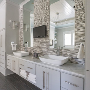 Ispirazione per una stanza da bagno stile marino con ante lisce, ante grigie, piastrelle grigie, piastrelle a listelli, lavabo a bacinella, pavimento grigio, top grigio, due lavabi e mobile bagno incassato
