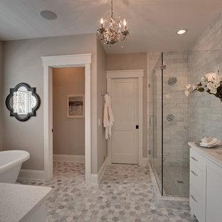 Immagine di una stanza da bagno classica con lavabo sottopiano, pavimento grigio e toilette