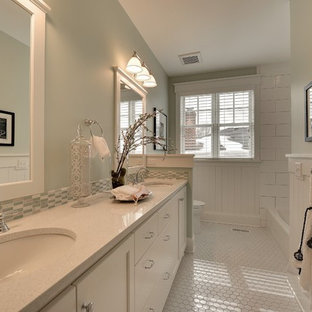 Cette image montre une salle de bain traditionnelle avec un lavabo encastré et un sol blanc.