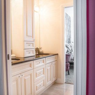 Foto de cuarto de baño principal, clásico, pequeño, con armarios con paneles con relieve, puertas de armario blancas, paredes beige, suelo de madera clara, lavabo bajoencimera, encimera de granito, suelo beige y encimeras marrones