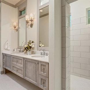 Inredning av ett klassiskt stort en-suite badrum, med ett undermonterad handfat, skåp i shakerstil, grå kakel, vita väggar, mosaikgolv, skåp i ljust trä, en öppen dusch, porslinskakel, bänkskiva i kvarts och med dusch som är öppen