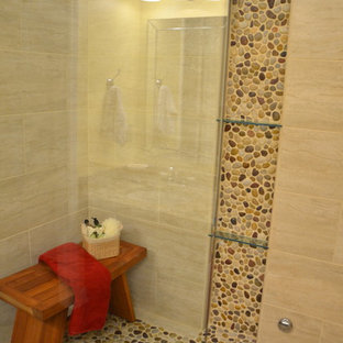 Inredning av ett modernt en-suite badrum, med kakel i småsten