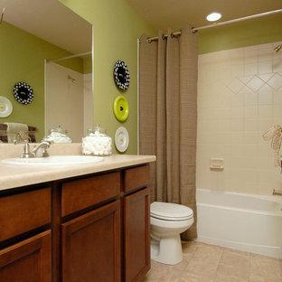 Esempio di una stanza da bagno per bambini tradizionale con lavabo da incasso, ante con riquadro incassato, ante in legno bruno, top in laminato, vasca/doccia, WC monopezzo, piastrelle beige, piastrelle di cemento, pareti verdi e pavimento in linoleum