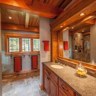 ポートランド(メイン)の大きいラスティックスタイルのおしゃれなマスターバスルーム (レイズドパネル扉のキャビネット、中間色木目調キャビネット、アルコーブ型シャワー、分離型トイレ、マルチカラーのタイル、セラミックタイル、青い壁、セラミックタイルの床、アンダーカウンター洗面器、御影石の洗面台) の写真