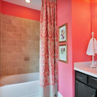 Mittelgroßes Klassisches Duschbad mit Schrankfronten im Shaker-Stil, schwarzen Schränken, Einbaubadewanne, Duschnische, Wandtoilette mit Spülkasten, beigefarbenen Fliesen, Kalkfliesen, rosa Wandfarbe, Kalkstein, integriertem Waschbecken, Quarzwerkstein-Waschtisch, beigem Boden und Duschvorhang-Duschabtrennung in Richmond