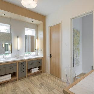 Esempio di una grande stanza da bagno padronale minimal con lavabo sottopiano, ante lisce, top in marmo, piastrelle grigie, piastrelle in pietra, pareti bianche, pavimento in travertino e ante grigie