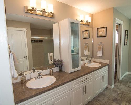 badezimmer mit linoleumboden und gelben fliesen ideen f r. Black Bedroom Furniture Sets. Home Design Ideas