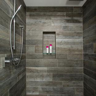 Ispirazione per una stanza da bagno padronale minimal di medie dimensioni con ante lisce, ante marroni, doccia alcova, piastrelle marroni, piastrelle di vetro, lavabo sottopiano, pavimento con piastrelle a mosaico, WC a due pezzi e top in marmo