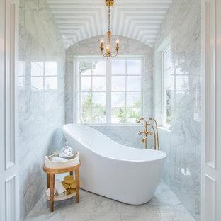 Idéer för ett mellanstort modernt en-suite badrum, med vit kakel, marmorgolv, ett japanskt badkar, marmorkakel, vita väggar och vitt golv