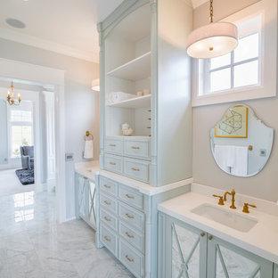 Ispirazione per una grande stanza da bagno padronale contemporanea con lavabo sottopiano, consolle stile comò, ante blu, top in quarzo composito, piastrelle bianche, pareti grigie, pavimento in marmo e vasca giapponese