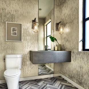 Modelo de cuarto de baño con ducha, contemporáneo, grande, con sanitario de una pieza, paredes multicolor, suelo de mármol, lavabo suspendido y encimera de cemento