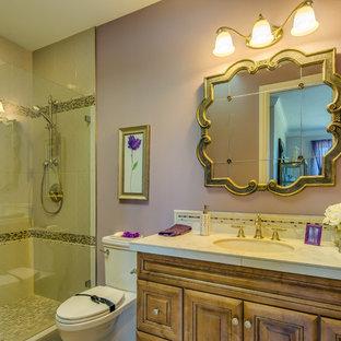 Großes Klassisches Duschbad mit Unterbauwaschbecken, profilierten Schrankfronten, hellbraunen Holzschränken, gefliestem Waschtisch, Duschnische, Wandtoilette mit Spülkasten, beigefarbenen Fliesen, Keramikfliesen, lila Wandfarbe und Keramikboden in Portland