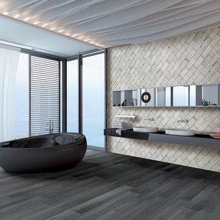 Réalisation d'une grand salle de bain principale design avec un placard sans porte, une baignoire indépendante, un carrelage blanc, des carreaux de porcelaine, un mur blanc, un sol en bois peint, un lavabo intégré et un plan de toilette en surface solide.