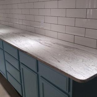 Неиссякаемый источник вдохновения для домашнего уюта: ванная комната среднего размера в стиле лофт с фасадами с утопленной филенкой, синими фасадами, белой плиткой, белыми стенами, полом из известняка, душевой кабиной и столешницей из гранита